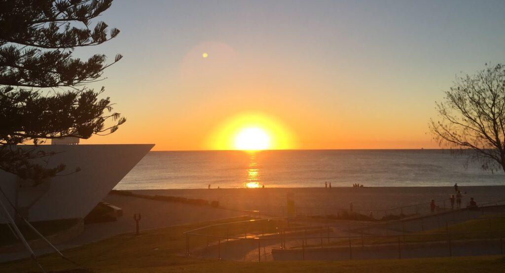 City Beachに沈む夕日の画像